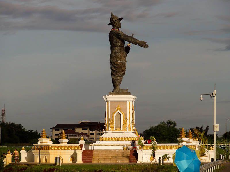 Anouvong Statue